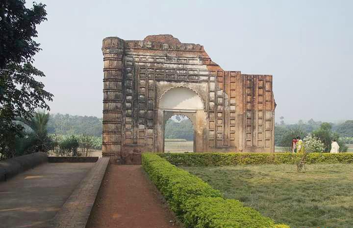 মুর্শিদাবাদের রাজা মুর্শিদকুলী খানের আদরের কন্যা আজিম উন নিসা বেগুম যাকে কলিজা খাকি বেগম নামে পরিচিত