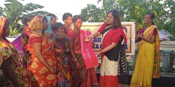 পুজোর আনন্দের শরিক করতে দুঃস্থ মহিলাদের হাতে শাড়ি-আলতা-সিঁদুর