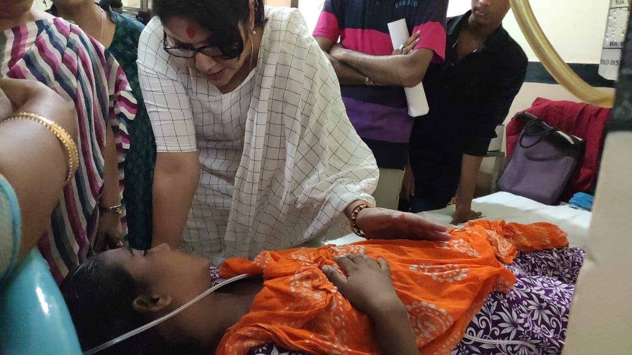 মেডিকেল কলেজ হাসপাতালে আহত বিজেপি কর্মী সুফিয়া লস্কর কে দেখতে এলেন বিজেপি নেত্রী লকেট চ্যাটার্জি