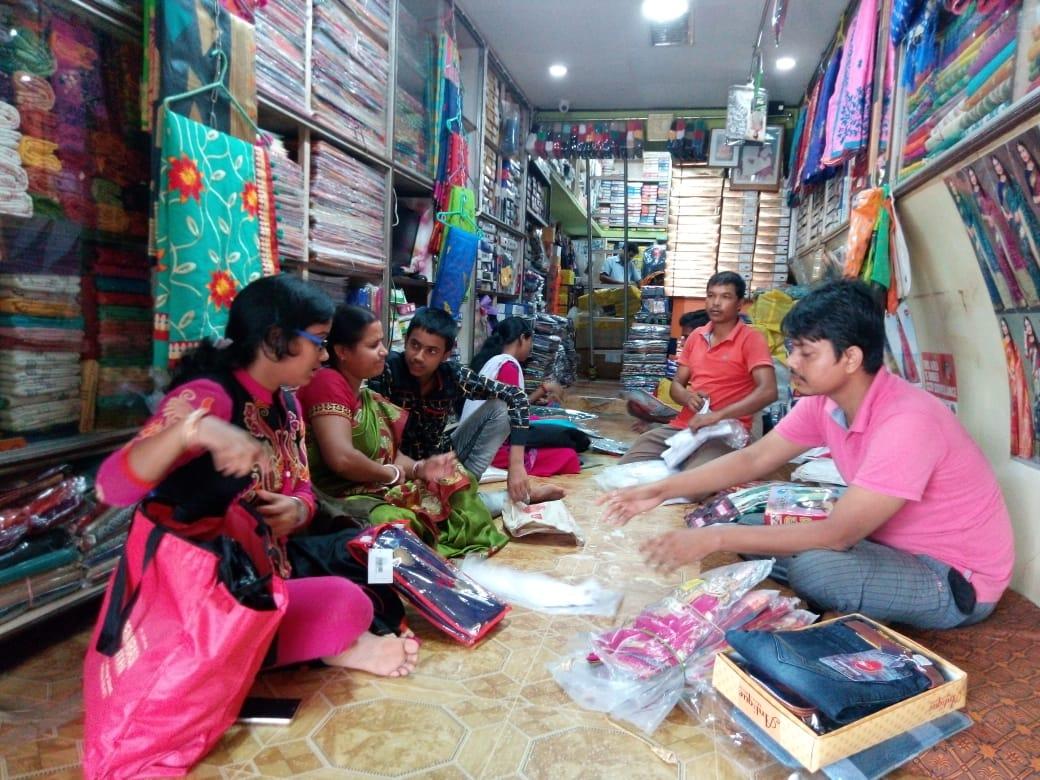 মন্দা বাজার কাটিয়ে পূজোর আগে কেনাকাটার ভীড় লাগলো গোপীবল্লভপুরের কাপড় দোকান গুলোতে