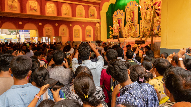 হাজারো মানুষের সমাগমে জমজমাট শহর কলকাতা