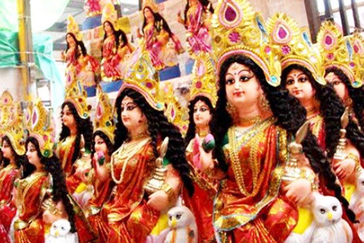 মহানগরী থেকে গাঁ-গঞ্জ— লক্ষ্মীপুজোয় চড়া বাজার সর্বত্র।