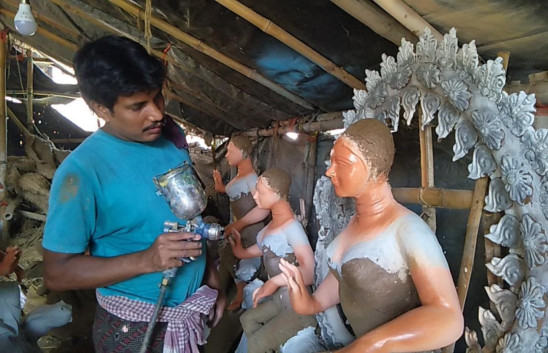 কোজাগরী লক্ষ্মী পুজো উপলক্ষে শেষ তুলির টান রান্টুয়ার 'কুমারটুলিতে'