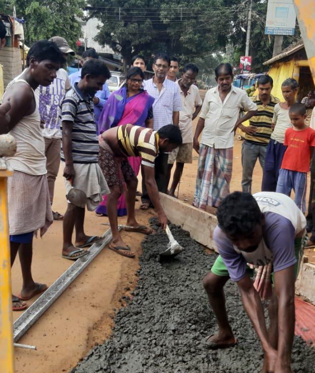 মানিকপাড়ার রামকৃষ্ণ বাজারের ঢালাই রাস্তার কাজ শুরু হওয়ায় খুশি ব্যবসায়ীরা