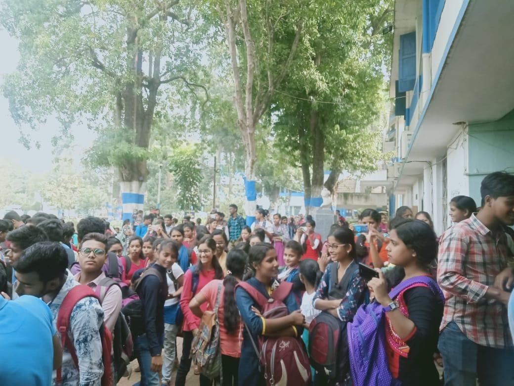 বর্ধিত ফিজ প্রত্যাহারের দাবীতে উত্তাল হোলো খড়্গপুর কলেজ