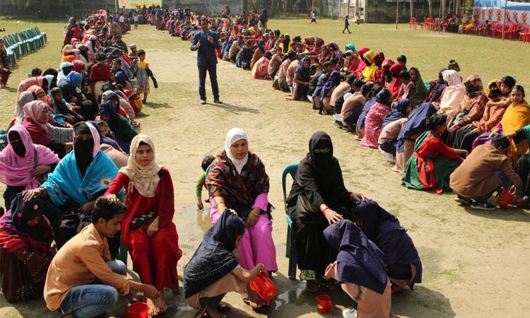 বাংলাদেশে মায়ের পা ধুয়ে ৯০০ শিক্ষার্থীর শ্রদ্ধা