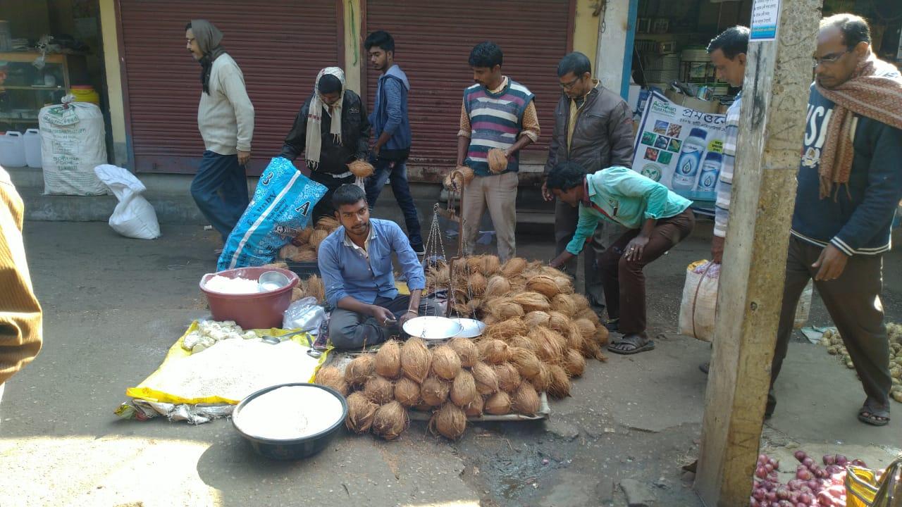মকর সংক্রান্তীতে গুড়ের চাহিদা যোগান দিতে হিমসিম খাচ্ছে গুড় ব্যাবসায়ীরা