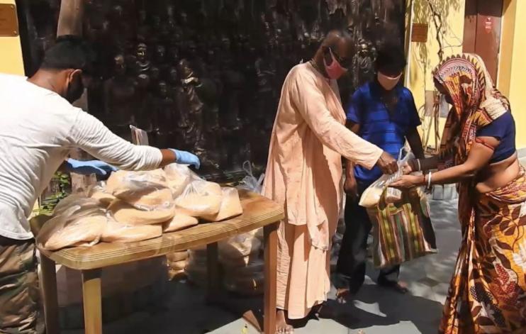 করোনায় রুটি-রুজি বন্ধ হওয়া মানুষদের খাদ্যশস্য বিতরণ শুরু করলো গৌড়ীয় মিশন