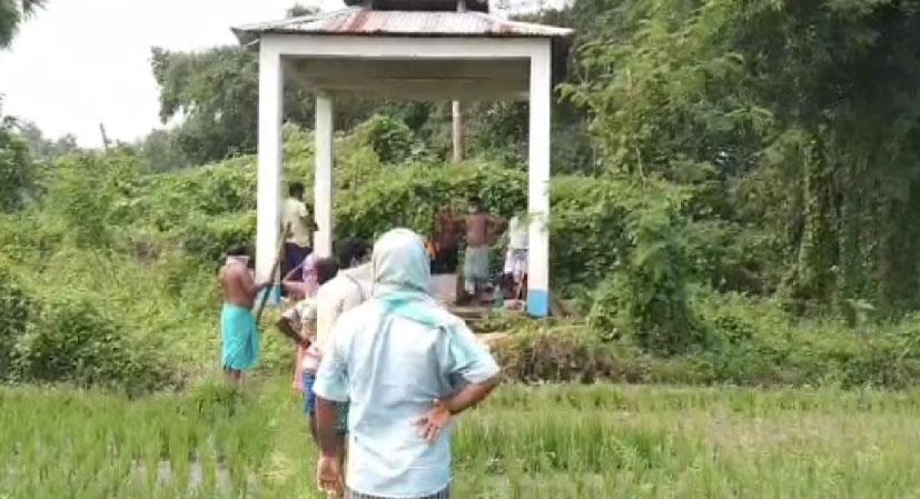 মহামারী করোনা ভাইরাসের আতঙ্কে ২০ ঘন্টা গ্রামে পড়ে রইল মৃতদেহ