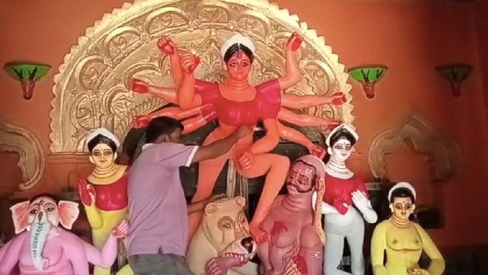 করোনা অতিমারীর আবহে জৌলুস ছাড়াই হচ্ছে শতাব্দী প্রাচীন দূর্গা পুজো