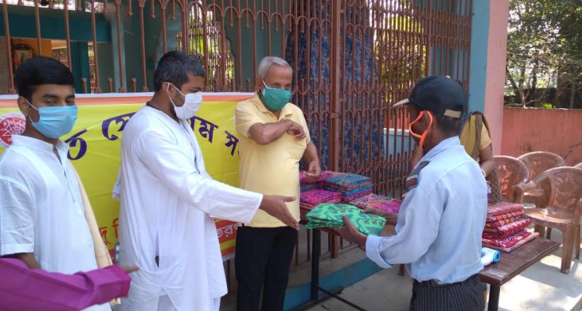 কালী পুজোয় করোনা দুর্গতদের বস্ত্র তুলে দিল বিরাটি হিন্দু মিলন মন্দির