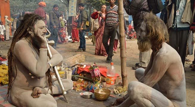 করোনা পরিস্থিতির মধ্যেই সাধুদের মেলা বসেছে 'মিনি গঙ্গাসাগর' বাবুঘাটে