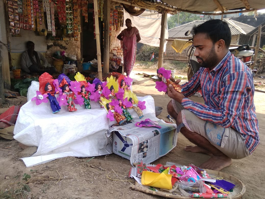 টুসুতে মন্দা, সুদিনের আশায় এখনো হাটে হাটে টুসু বেচে চলেছেন শিল্পীরা